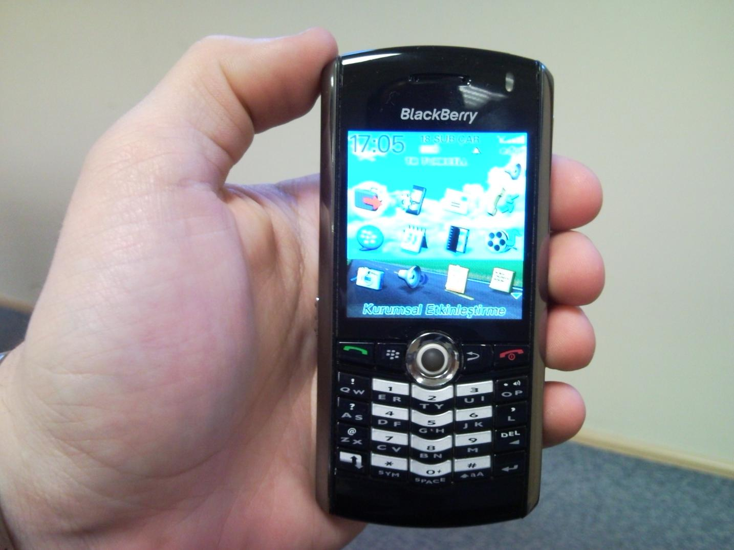 blackberry-pearl-flashing-green-indoor